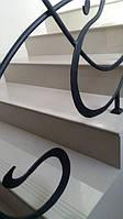 Отделка лестницы выполнена из керамогранитных полированных ступеней с радиусной фаской и противокльзящими высечками. Данные ступени из керамогранита имеют размер 300х1200 мм и толщину 11 мм. производства Китай