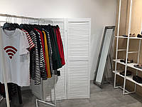 Деревянная ширма-перегородка для магазинов одежды.