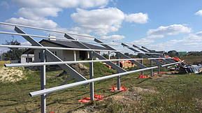 Монтаж солнечной электростанции на регулируемых столах (трекерах). Столы могут регулироваться на разный угол для наибольшей выработки исходя... 5