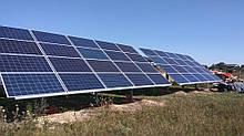 Монтаж солнечной электростанции на регулируемых столах (трекерах). Столы могут регулироваться на разный угол для наибольшей выработки исходя из местности и времени года