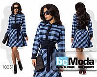 Эффектное яркое женское платье с оригинальным принтом  и модным поясом синие