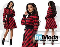 Эффектное яркое женское платье с оригинальным принтом  и модным поясом красное