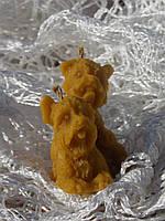 Новогодняя восковая свеча в форме собаки
