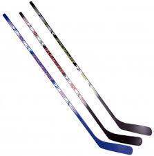 Хоккейные клюшки и шайбы