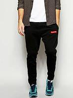Чёрные штаны с принтом supreme
