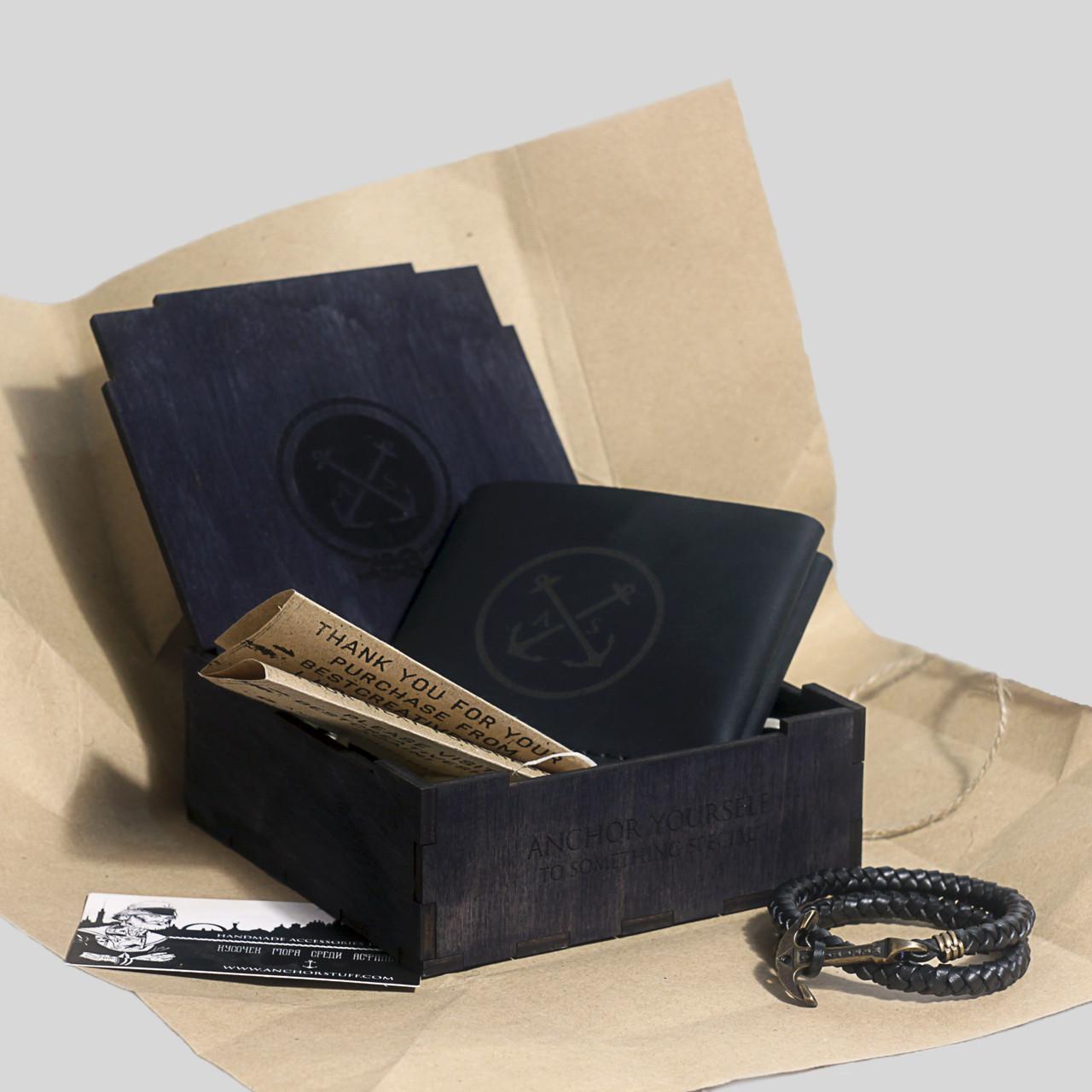 """Подарочный набор мужской """"Wallet Square Box"""": кошелек кожаный и браслет кожаный с якорем. Цвет черный"""