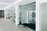 Перегородка стеклянная с дверью 2700х3000 с нажимной ручкой