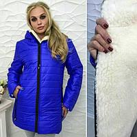 Женская зимняя куртка изготовлена из плотной плащевой ткани и  утеплена густой искусственной овчиной