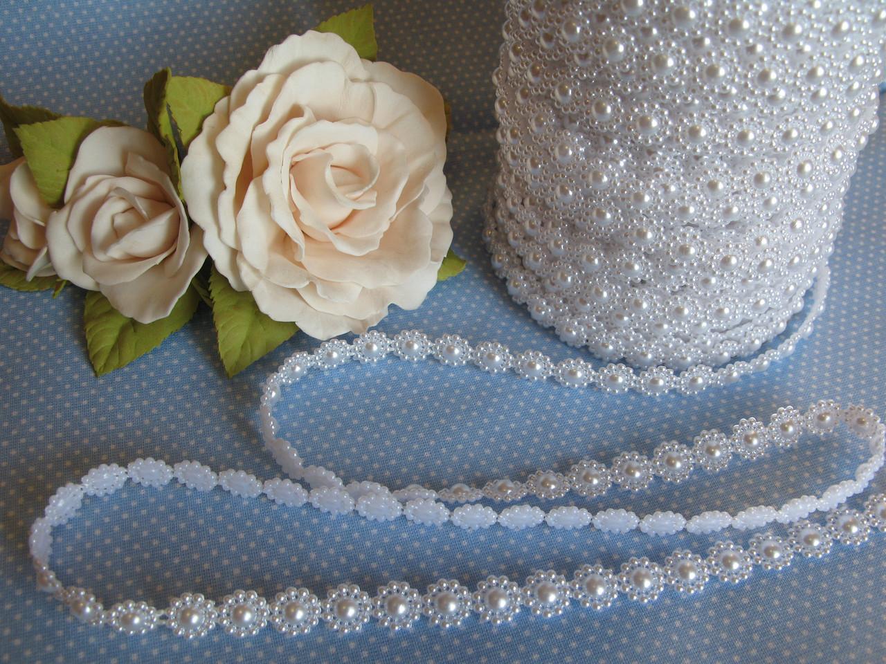 Декоративная лента с полубусинами белая цветок.