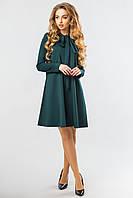 Красивое женское темно-зеленое нарядное платье-трапеция с завязками-бантом на шее и длинным рукавом