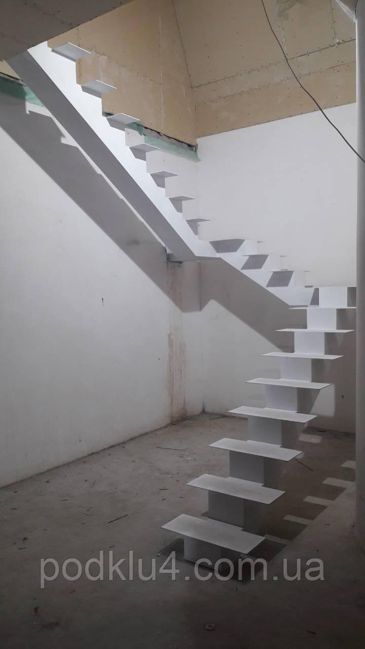 Лестницы на прямом косоуре с площадкой белого цвета