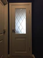 """Ламинированная дверь пленкой """"скол дуба белый"""" с вензелем и рисунком на стекле"""