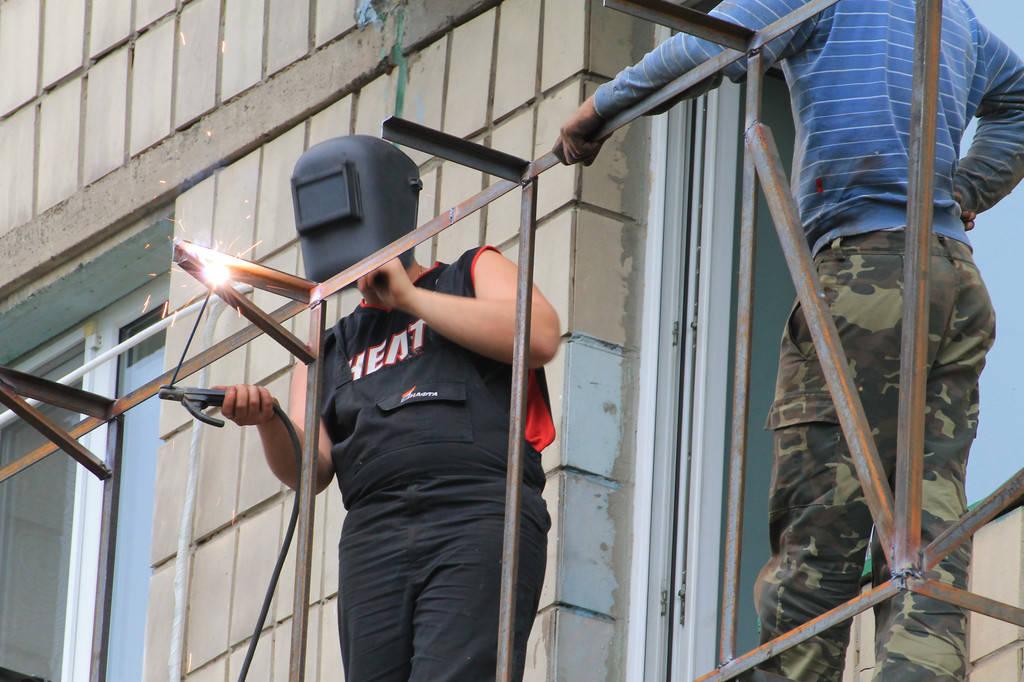 Первый этап – это вынос балкона по подоконнику, а также усиление и сварка новых опорных перил.