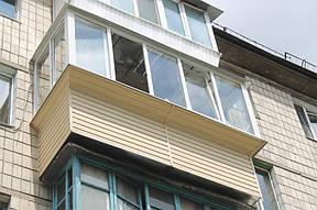 Пятый этап – наружная обшивка балкона сайдингом. С уверенностью можем сказать, что сайдинг – просто идеальный материал для наружной обшивки балкона: прочный, долговечный, надежный, и самое главное, не утяжеляет конструкцию.