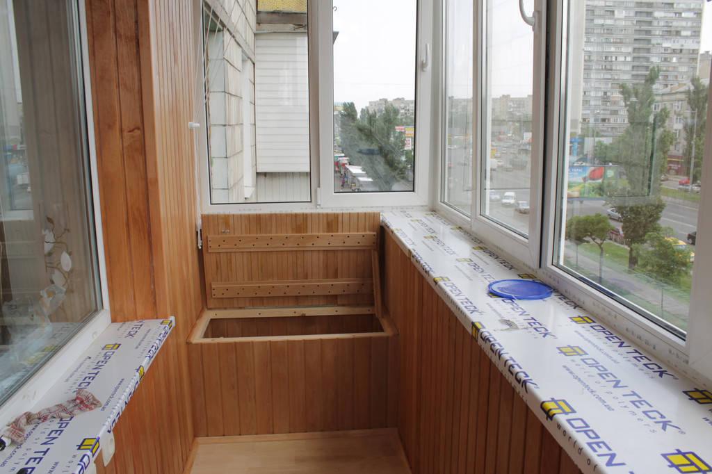Шестой этап – мебель для балкона. В данной случае, удобное встроенное сиденье с откидной крышкой, которое не занимает много места и может выполнять функцию и мини-кладовки, и кресла одновременно.