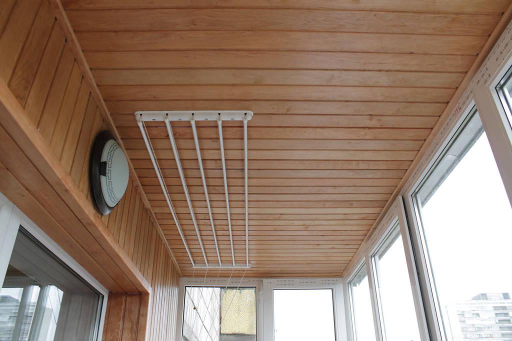 Седьмой этап – установка потолочной бельевой сушилки и проводка электрики на балкон.