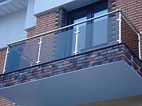 Балконные ограждения со стеклом из круглой трубы.