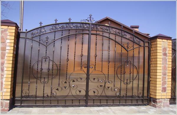 Кованные решатчатые маталлические ворота, зашивка - поликарбонат