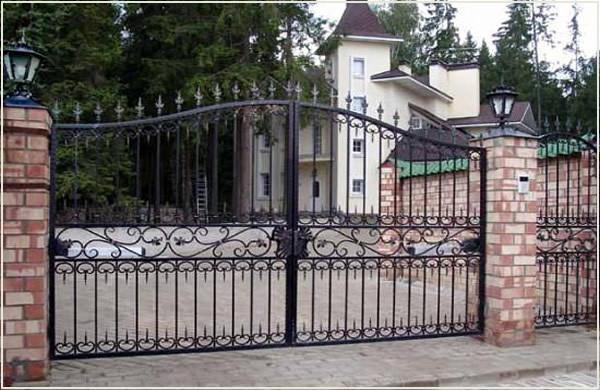 Кованные металлические распашные ворота