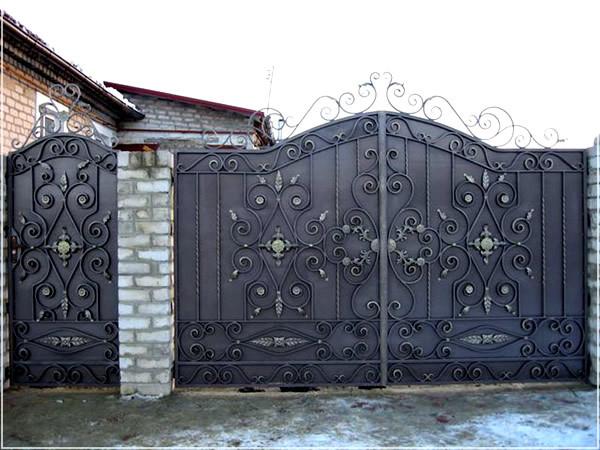 Железные ворота распашные, зашивка - лист металла