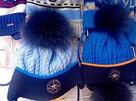Шапка на зиму для мальчика вязка с бумбоном из натурального меха голубого, синего цвета оптом