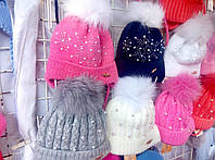 Шапка зимняя для девочки вязанная с бумбонами из натурального меха белого,синего,розового,серого цвета оптом