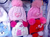 Шапка зимняя для девочки вязанная с бумбонами из натурального меха белого,красного,розового цвета оптом