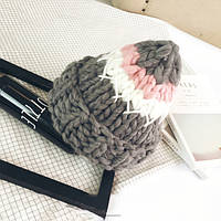 Стильная теплая женская шапка крупной вязки серого цвета