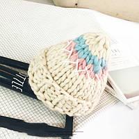 Стильная теплая женская шапка крупной вязки бежевого цвета