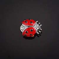 """Брошь  Божья коровка красная эмаль  со стразами цвет металла """"серебро"""" 2,2х2,2см Код:574780109"""
