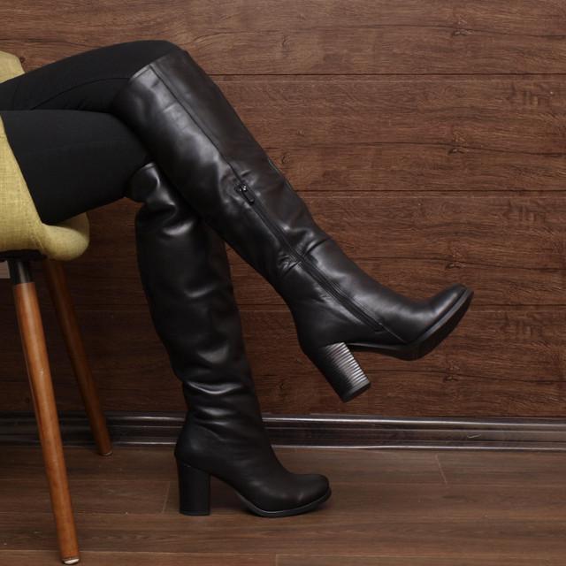 Черные женские сапоги из натуральной кожи на фото