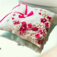 Подушечка для колец в розовом цвете с лепкой