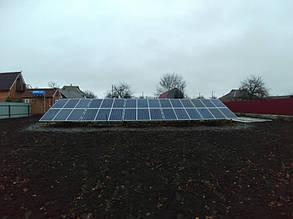 поле солнечных панелей на оцинкованной конструкции наземного размещения