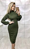 Красивое облегающее платье с вырезами на плечах
