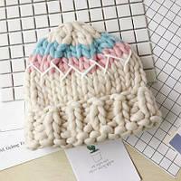 Женская шапка крупной вязки из шерсти мериноса трехцветная бежевая