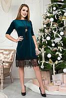 Очаровательное женское платье с кулоном