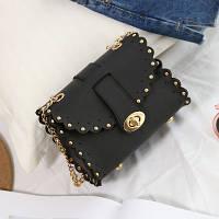 Маленькая женская сумка с заклепками на цепочке черная