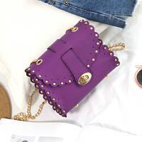 Маленькая женская сумка с заклепками на цепочке фиолетовая