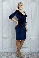 Темно-синее бархатное платье с глубоким вырезом декольте