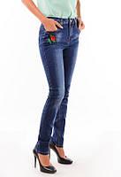 Женские джинсы с цветочной вышивкой