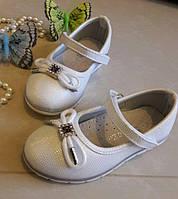 Детские,блестящие белые туфельки для девочки.Верх кожзам,стелька кожаная с супинатором.р 26,27,28,29,30