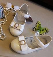 Детские белые туфельки ,лакированые для девочки.Верх кожзам,стелька кожаная с супинатором.р 27,28,29,30