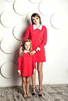 Комплект одинаковых платьев мама и дочка кораллового цвета с белым воротником и манжетами