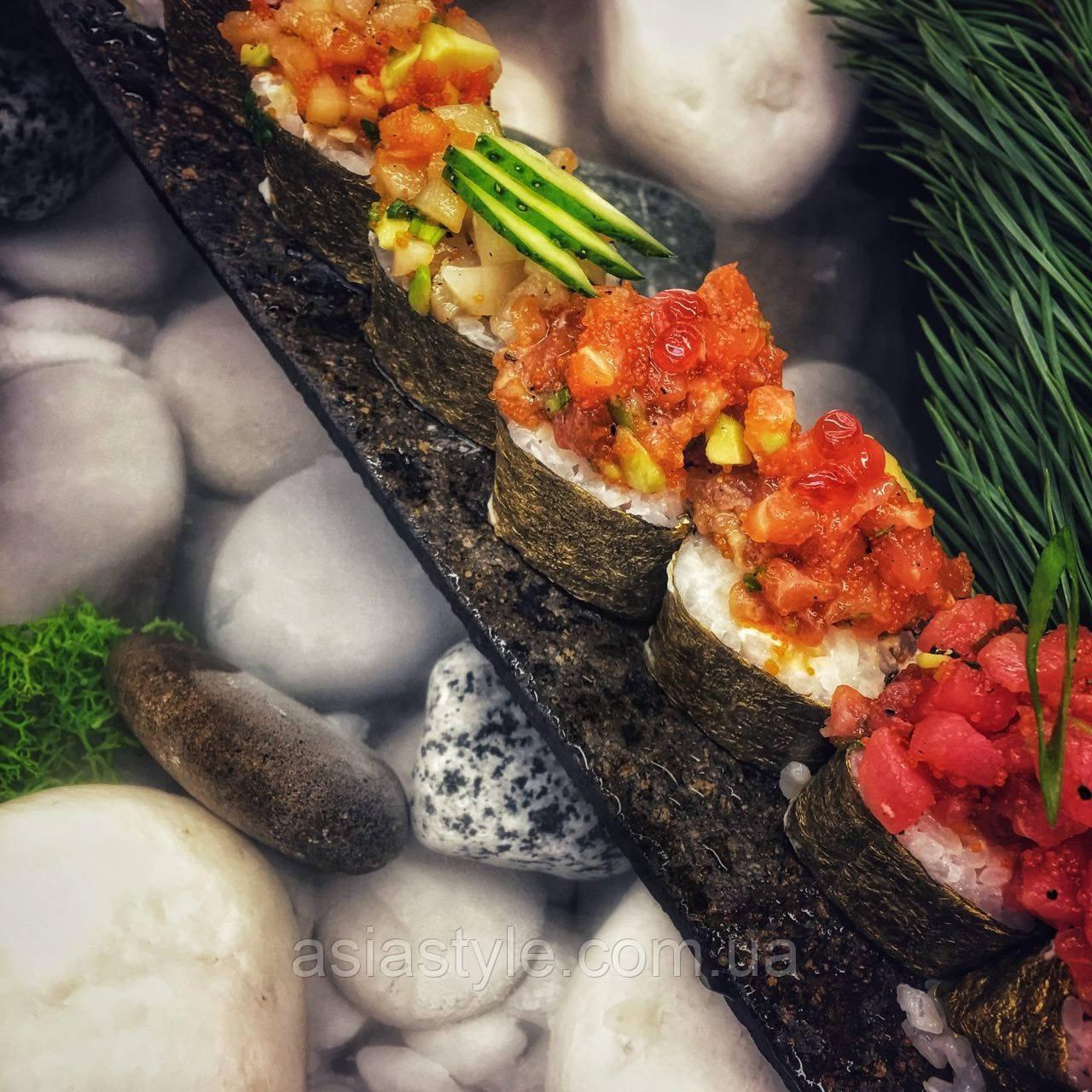 Рол в золотих норі, з тар-таром з морського гребінця, тунця та лосося, з заправкою з соку Юзу