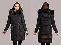 Женская стильная длинная куртка декорированная мехом и красными надписями