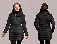 Женская зимняя стильная куртка с коротним мехом на капюшоне и брошью