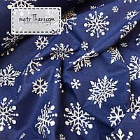 Новогодняя ткань с крупными снежинками на синем фоне № 864