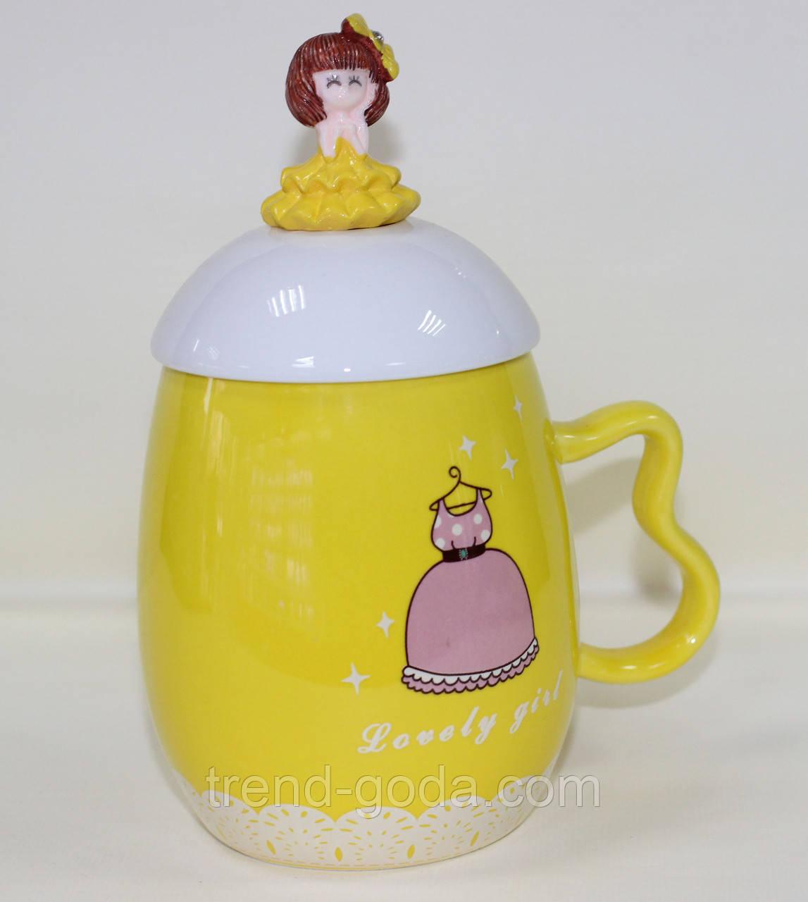 Кружка керамическая с крышкой и с ложкой, Принцесса в желтом платье