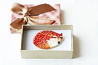 Брошь керамическая авторский дизайн ручная роспись лисичка в клубочке