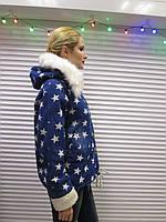 """Женская джинсовая зимняя куртка-парка с легкими потертостями, с капюшоном и карманами""""Звезды"""" на овчине р.48"""